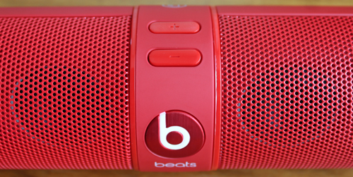 Pressing the Beats logo on the front activates Bluetooth while the two buttons located on top are used to control the volume.
