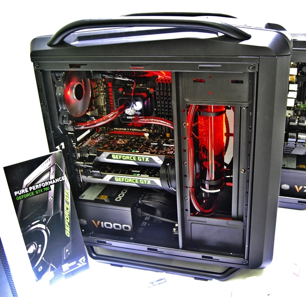 The Cosmos SE demo setup consists of the V1000 PSU and the Eisberg 240 liquid cooling system with custom tubes to best showcase the system.