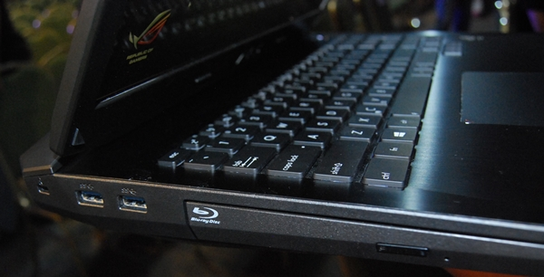 On the left side of the G750, there is a pair of USB 3.0 ports and a Blu-ray/DVD combo optical drive.