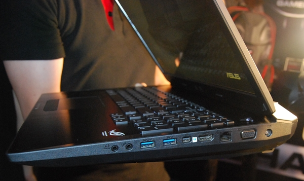 The connectivity options and ports that are found on the right side of the ASUS G750.