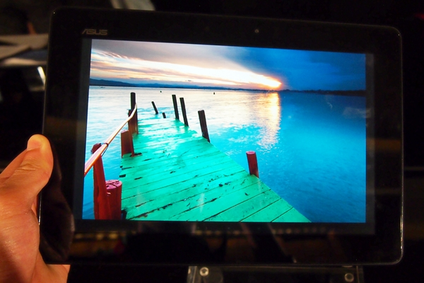 With the exception of the highly reflective surface, we find the display on the ASUS MeMO Pad FHD 10 to be rather good.
