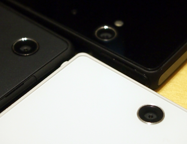 The Sony Xperia Z Ultra (white) does not come with a LED flash unlike the Xperia Z (top). We wonder how the absence of a flash is going to affect the quality of photos taken under low light conditions. Stay tuned for that answer in a future review.