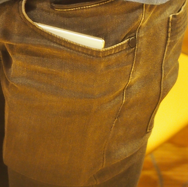 The Sony Xperia Z Ultra is so big that it not only causes a bulge in our slim fit jeans, but even the top part of the device is visible when the phone is fully inserted into the pocket.