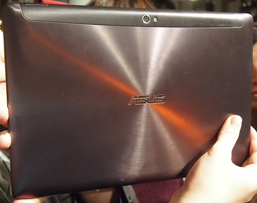 The signature spun metallic-finished makes an appearance on the ASUS Transformer Pad Infinity.