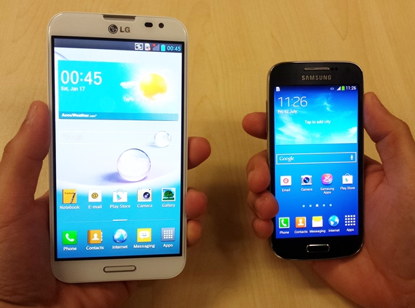 Here's the 5.5-inch LG Optimus G Pro on the left compared with the much more pocket-friendly 4.3-inch Samsung Galaxy S4 mini on the right. And yes, handling smaller phones are a lot easier too.