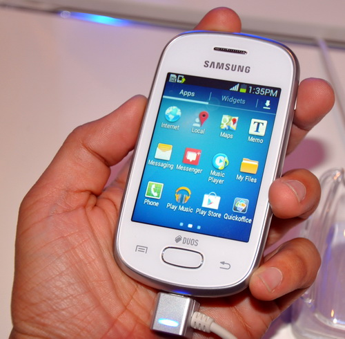 With a 3-inch screen size and a small profile, the smartphone feels so puny in the hand.
