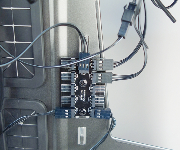 The fan connector circuit board that serves to link the cooling fans to the fan speed control switch.