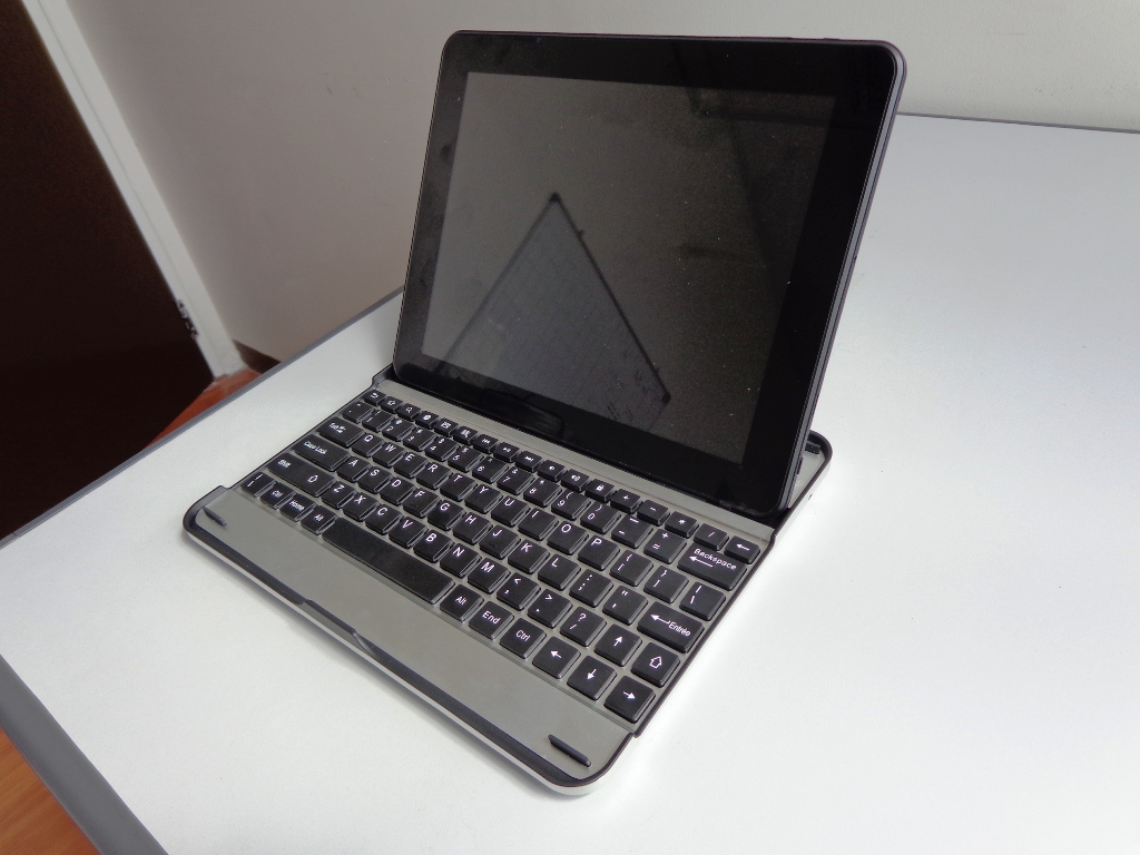 Polaroid Executive 9.7 docked on its Bluetooth QWERTY keyboard and appears like a notebook PC.