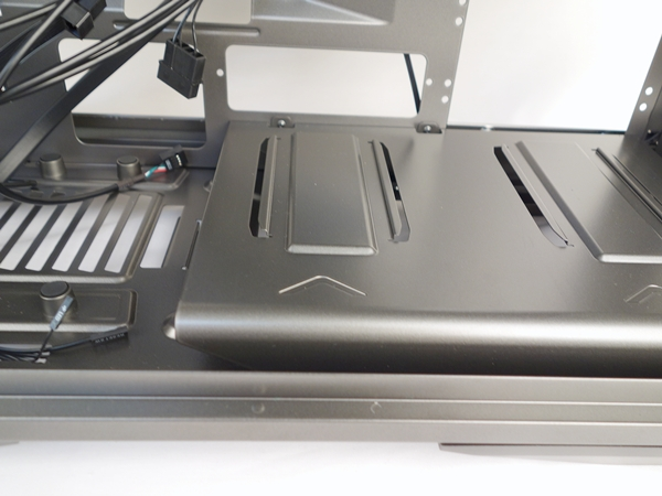 At the bottom of the chassis, there is a raised platform, with its grooves to secure the 3.5-inch drive enclosures in a different configuration.