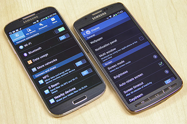 At first glance, the Samsung Galaxy S4 Active doesn't look any different than the Galaxy S4 proper.
