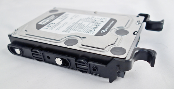 The tray hugged our 3.5-inch HDD tightly, and with the rivets in place, the installed drive felt secure.