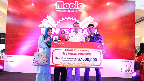 First prize winner of the Moola Q2 2013 Bonus Draw, Mahadhir Mohamad and his family
