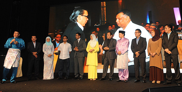 Dato' Sri Shazalli Ramly, Chief Executive Officer of Celcom Axiata Berhad (left) introducing the top Malaysian entertainment producers who signed partnership agreements with ESCAPE earlier this month for exclusive content on the portal. These included Dato' Siti Nurhaliza, Datuk Yusof Haslam, Norman Abdul Halim, Hans Issac, Syamsul Yusof, Rosyam Noor, and Ahmad Idham