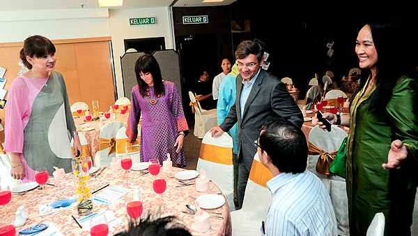 Microsoft Malaysia Managing Director, Carlos Lacerda (2nd from right) welcoming guests to the luncheon, as Mayvien Gan, Major Microsoft Malaysia Major Account Manager - Financial Services, Enterprise & Partner Group and Datin Rowena Florece, Microsoft Malaysia HR Director, Human Resources (far right) look on
