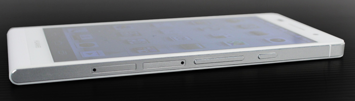 With the power button, volume rocker, microSD and Micro-SIM trays all located on the right edge, it looks a little cramped as a result.