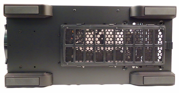 The bottom of the CM 690 III houses a dust filter that is easily removable.