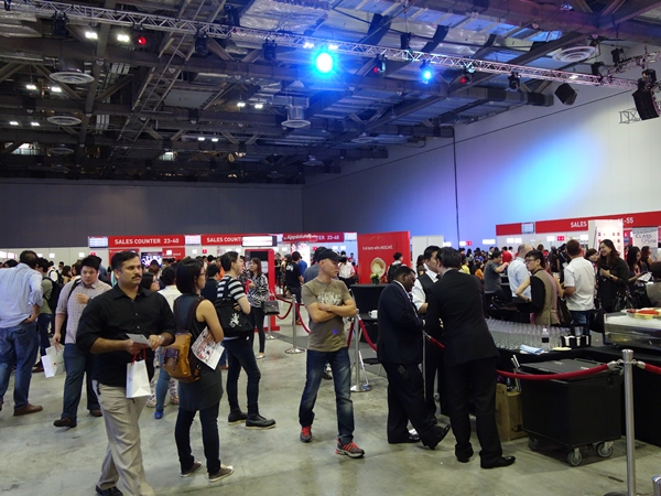 The event hall was filled with registered Singtel customers, and the 55 sales counters were set up in order to speed up each customer's sales transaction.