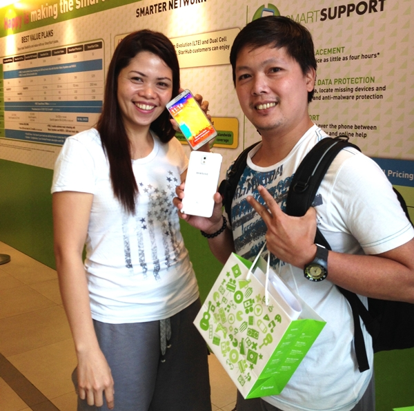 Ms. Marianne Judaya, 32, (left) was porting her mobile phone service from SingTel; Mr. Duke Jason Regular, 37, (right) renewed his existing StarHub Mobile plan. Both of them were StarHub's first Note 3 customers!