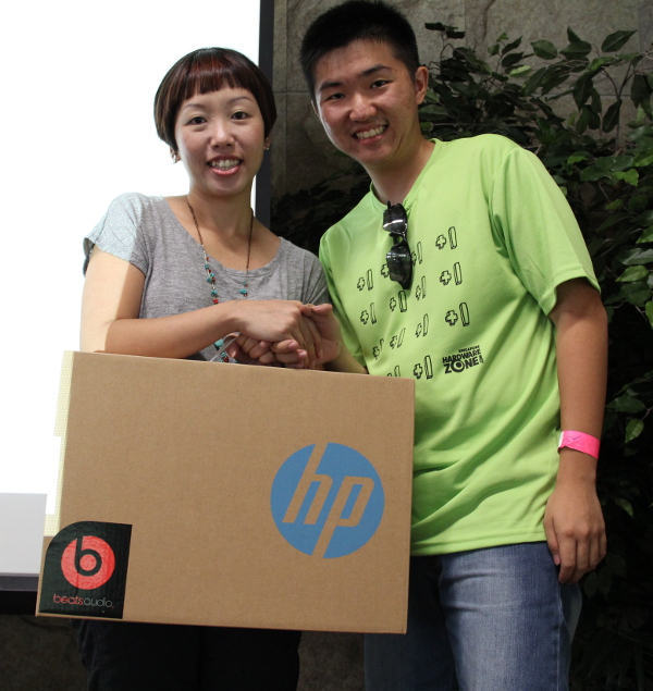 Ms. Lynn Yong, HP's Marketing Manager, here with the fifth prize winner. He won a HP Split x2 tablet notebook, which has a 2-in-1 design that goes from a notebook to a portable tablet in an instant.