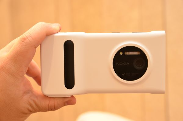 If you plan to purchase the Lumia 1020, you'll also be getting a free battery pack along with it