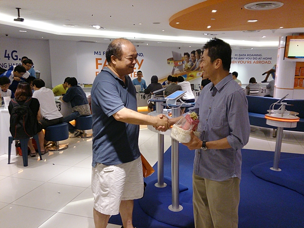 Mr. Ho was congratulated by M1 as the company's first Note 3 customer.