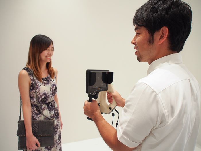 A professional from Mikanbako demonstrates the scanning process.