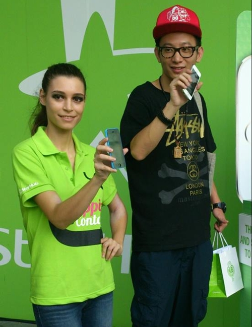 Zhang HuanPu is the first iPhone 5S customer at StarHub outlet in Plaza Singapura.