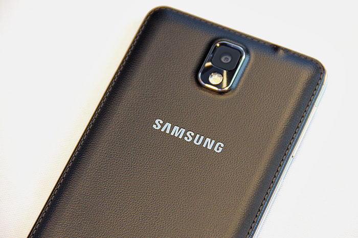 The detachable rear cover is now covered with a leather-like material. The rear camera has a 13MP resolution, better than the Note II's 8MP, and on par with the GALAXY S4.