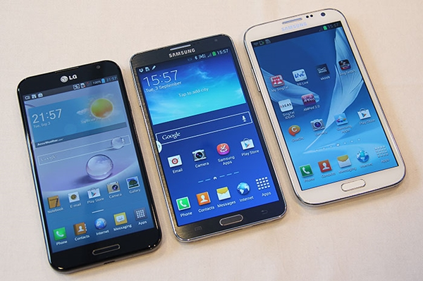A snapshot of the 5.7-inch Galaxy Note 3 (center) beside the 5.5-inch Note II and the LG Optimus G Pro. Notice the Note 3's bezel is thinner than the Note II's.