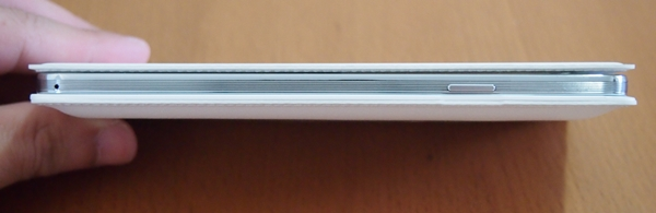 The S View cover adds a little bulk to the Galaxy Note 3. We also feel that the handling of the device with the S View cover is not as satisfactory as it is without the cover.