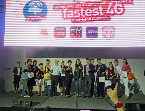 At 8AM sharp, the first ten registered SingTel customers were ushered on stage, together with Mr. Johan Buse (in light blue shirt), SingTel's vice president of consumer marketing, and other SingTel senior executives, for a commemorative group photo.