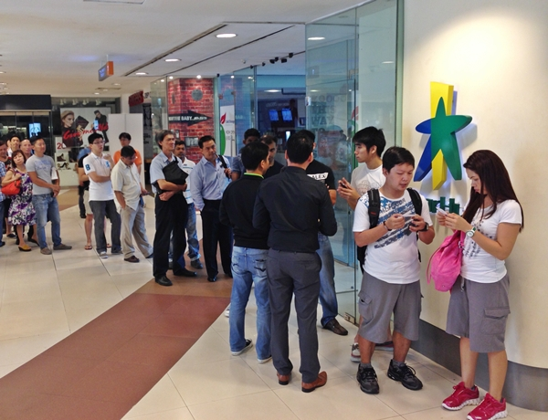 The queue for the Note 3 at the Plaza Singapura StarHub store began at 8:30 AM. The launch of the device was slated for noon.