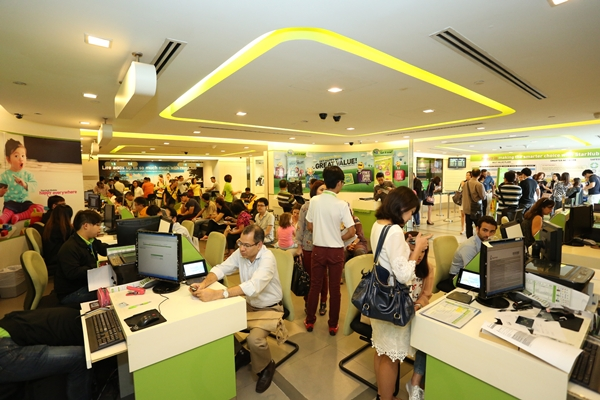 The StarHub store was filled with eager Note 3 customers the moment the shop opened for business. They were attended to on a first come, first served basis.