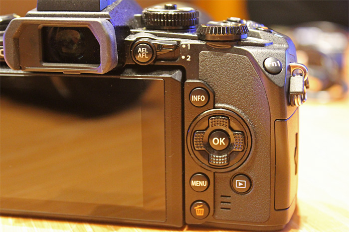 The built-in EVF is large and luxurious, and has a larger viewing area than those found in full-frame DSLR cameras.