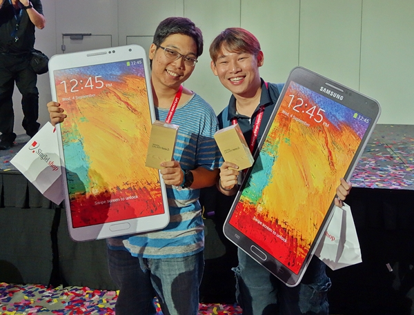 Mr. Aesel James (left) and Mr. Gedeon Goh were the first two SingTel customers in line to purchase their Samsung Galaxy Note 3 devices!