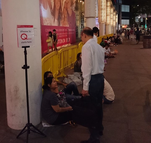 We spotted a queue forming outside 313 EpiCentre for the Apple iPhone 5C on 19 September at about 10PM.