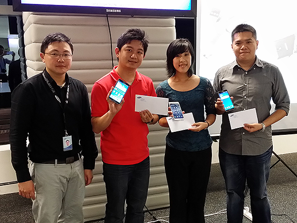 Mr. Chua Khim Guan, product marketing manager of Samsung mobile products (left) with the three Galaxy Note 3 winners.