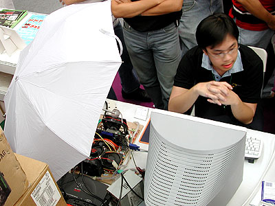New overclocking technique discovered - an umbrella. Actually, it was raining so badly that the old roof at Sim Lim Square started to leak. Guys, please remember to bring an umbrella to the next overclocking competition.