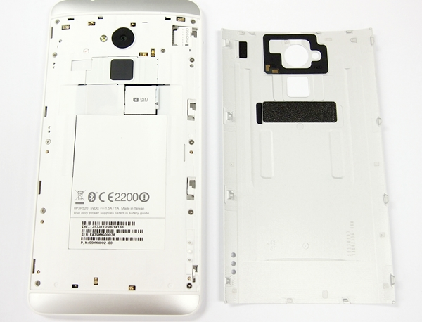 The HTC One Max has a removable rear cover, but the 3300mAh battery is non-removable. Note that the NFC chip is located at the top portion of the removable back cover (the black rectangular piece surrounding the camera lens).