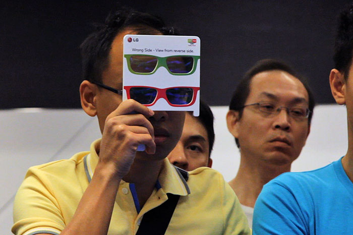 Many were surprised by the gaming-oriented Dual Play mode, which transmits two separate 2D images that can be seen through two different sets of polarized glasses. In other words, each player sees on the whole screen his own perspective - regardless of the position and scene of the other player.