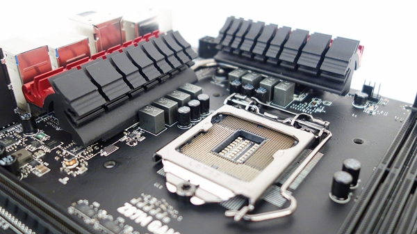 The heatsinks that provide direct cooling to the MOSFETs are connected by a MSI Superpipe, which is essentially an 8mm thick heatpipe. We also see some capacitors located in front of the chokes.