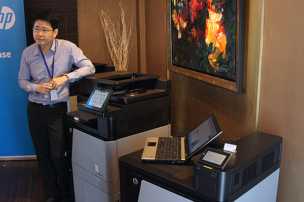 Demonstrating the new NFC and security features of the LaserJet Enterprise M800 printer.