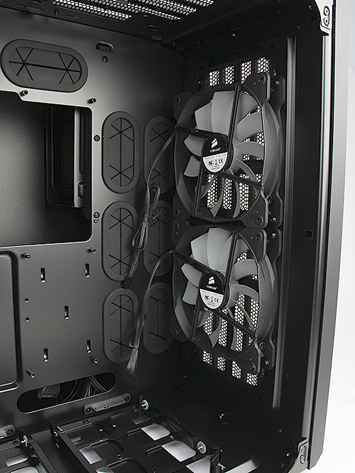 Since the drives are installed in the secondary chamber, the motherboard receives cool air directly from the two large 140mm intake fans.