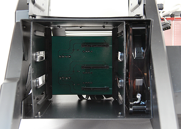 The HDD bays have SATA connectors and are hot swappable. To the right is a small 120mm fan with red LED lights, which provides direct cooling for your storage drives.