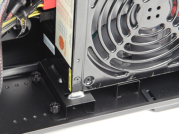 Users can avoid the hassle of using the screwdriver to secure the PSU by using the special mounting bracket and thumbscrews.