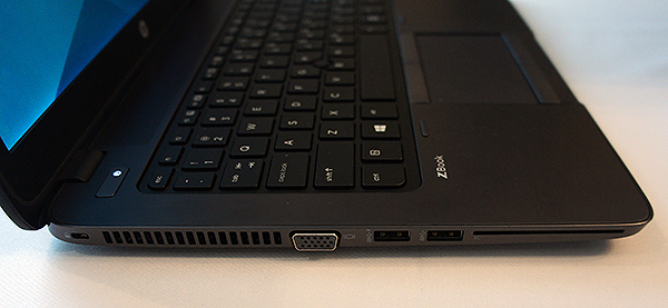 For a mobile workstation, the ZBook 14 is really thin at just 21mm thick. On the left side, we can find a VGA output, two USB 3.0 ports and a Smart Card reader.