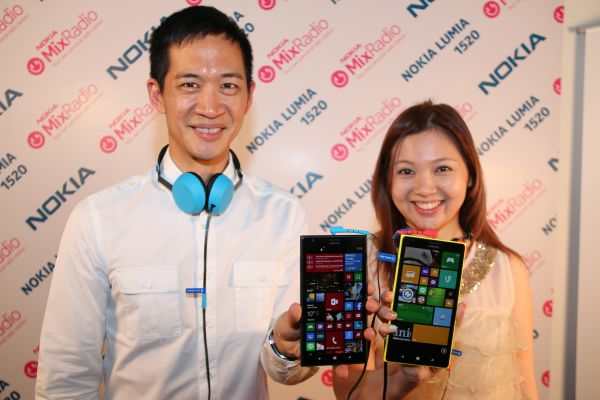 Gary Chan, Head of Marketing, Nokia Pan Asia, and Eda Lim, Head of Marketing, Malaysia & Brunei, Nokia (M) Sdn Bhd posing with the new Lumia 1520.