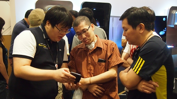 Here's Mr. Bang Youn from LG explaining the key features of the G Flex to two attendees.