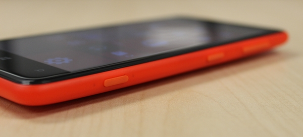 The buttons on the right side of the Nokia Lumia 625 are raised sufficiently, and gives a very assuring feel when pressed.