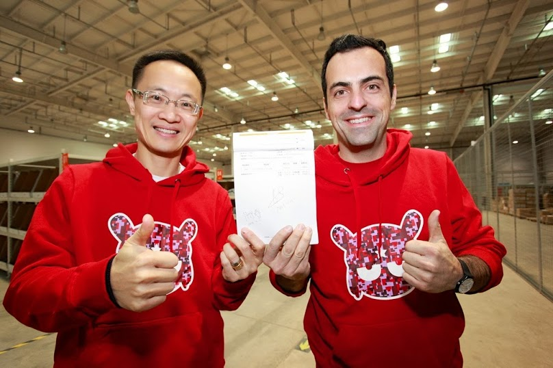 Hugo Barra (right), formerly VP of Android product management at Google, is now the man responsible for bringing Xiaomi to the rest of the world. Image source: Hugo Barra's Google+ page.